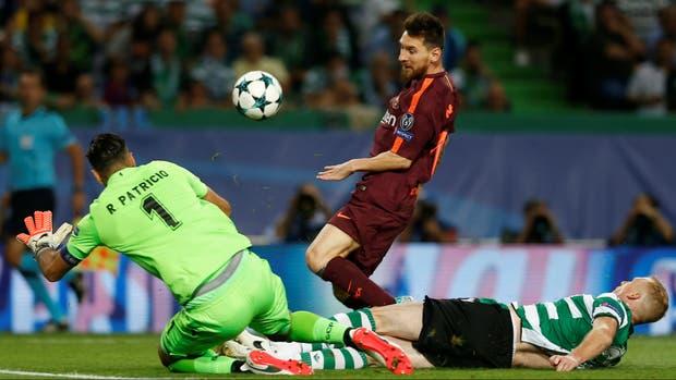 Messi intenta, pero no podrá con el cierre de Jeremy Mathieu y la estirada de Rui Patricio