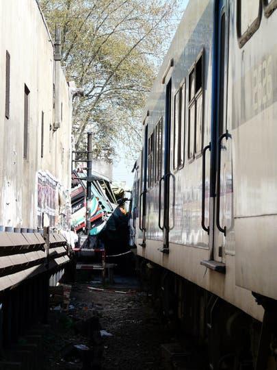 Dos trenes de la línea Sarmiento y un colectivo chocaron a la altura de Flores hay varios muertos y más de 160 heridos. Foto: LA NACION / Nicolás Daziano