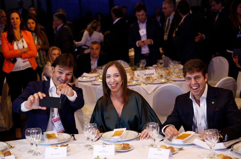 María Eugenia Vidal y una selfie para el recuerdo junto a Gastón Remy, presidente del Coloquio, y Javier Goñi, presidente de IDEA. Foto: Mauro V. Rizzi