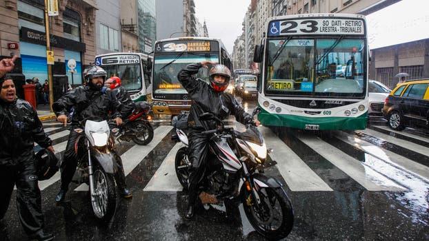 Motoqueros cortan el tránsito en el Centro porteño