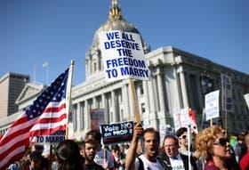 Manifestantes marchando por el derecho a la libertad de casarse