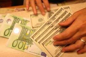 El dólar blue retrocede dos centavos