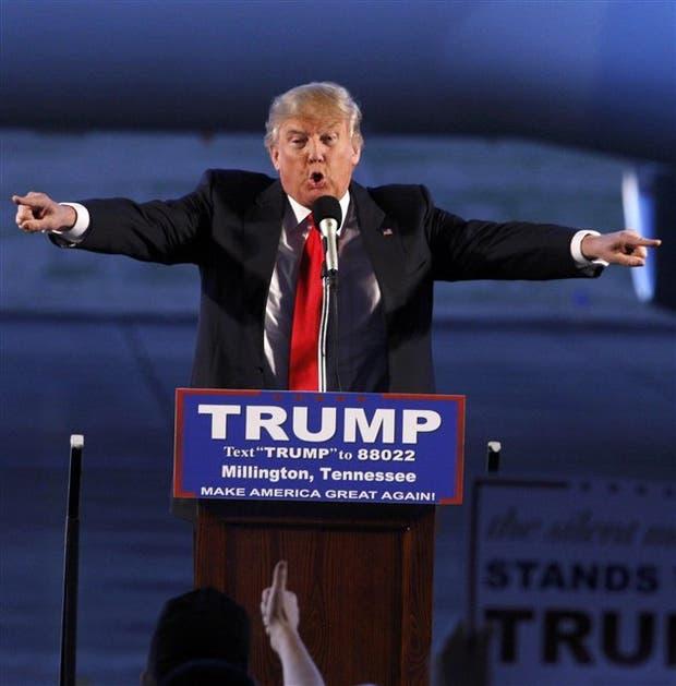 Sin abandonar sus modos, la camisa blanca y la corbata roja, Trump hizo campaña el sábado en Tennessee