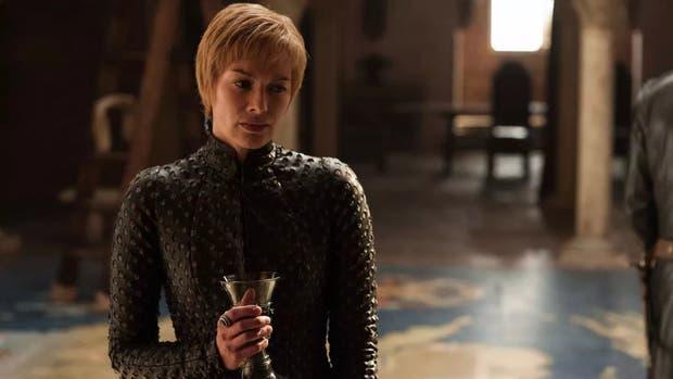 Headey como Cersei, copa de vino en mano y su reino detrás