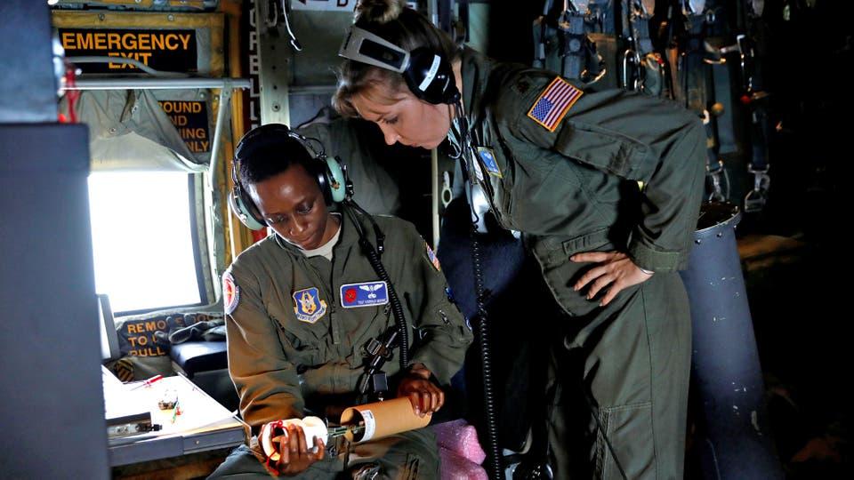 La Sargento de reserva de la USAF, Karen Moore y la Mayor Nicole Mitchell, preparan una sonda que sera lanzada para monitorear el huracán. Foto: Reuters / KEVIN LAMARQUE