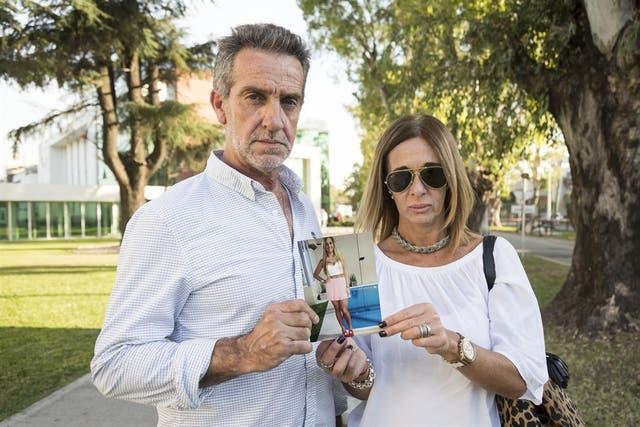 José Luis Mendizabal y Adriana Aruj, padres de Macarena, con una foto de su hija unos meses antes del accidente