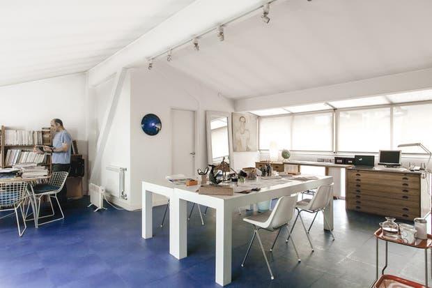El espacio está organizado en tres sectores: el del trabajo en equipo; el de la planera; y el área para consultar material gráfico..