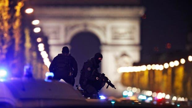 Estado Islámico se adjudicó el tiroteo en los Campos Elíseos de París