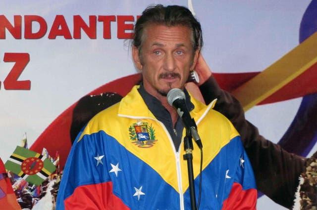 El actor estadounidense Sean Penn luce una chaqueta con los colores de la bandera venezolana durante una vigilia en La Paz (Bolivia), por la salud del presidente venezolano, Hugo Chávez