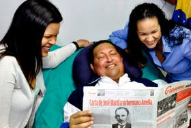 Chávez, junto con sus hijas, durante su internación en La Habana