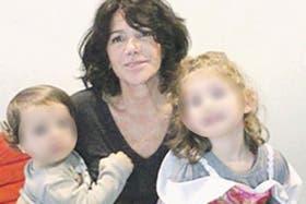 Cristina Bustamante, junto a sus dos nietos