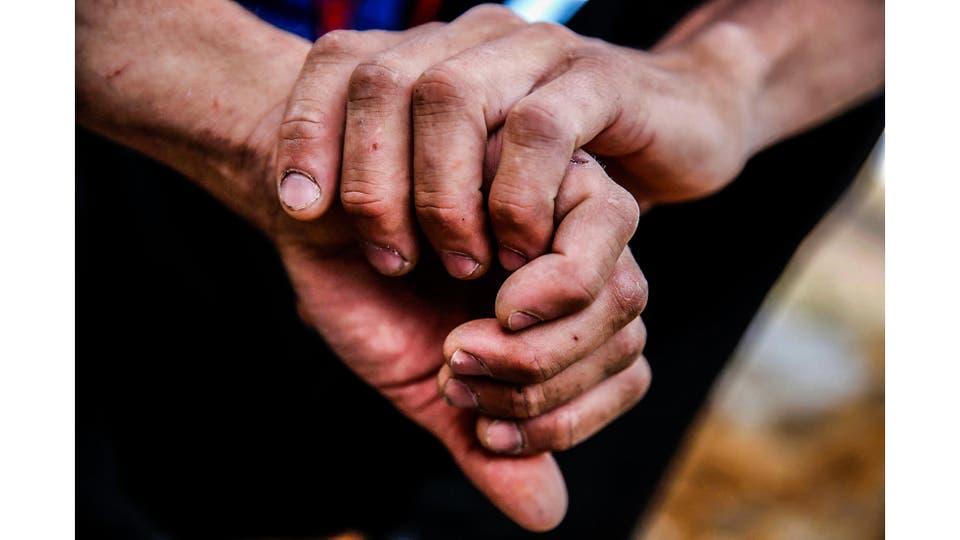 Las manos de Roberto Treu evidencian la dureza de la roca. Foto: LA NACION / Emiliano Lasalvia