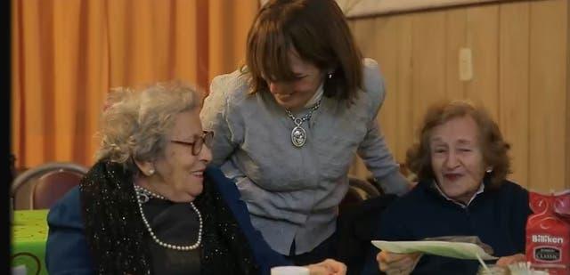 María Clara acompañando a dos mujeres mayores