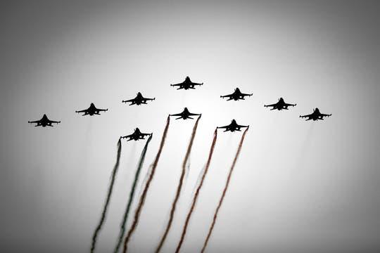 Vista de una formación de F16 de la Real Fuerza Aérea holandesa sobrevolando la ciudad durante el paseo en barco de los nuevos Reyes de Holanda. Foto: EFE