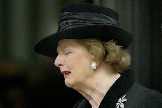 Margaret Thatcher llora durante un servicio en memoria de su marido Denis, fallecido en junio de 2003. Foto: Archivo