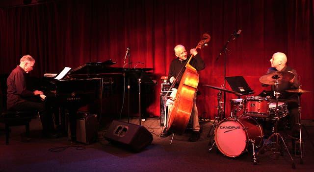 Marc Copland en el piano, Peacock en el contrabajo y Joey Baron en la batería: un trío que combina la improvisación y la composición de manera magistral