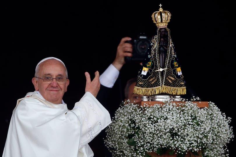 Al finalizar, salió de la basílica para saludar a los fieles. Foto: Reuters