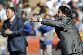 Huh, en el fondo, y Maradona, como entrenadores de sus selecciones en Sudáfrica 2010