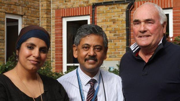La doctora Saleyah Ahsan quien habló para la BBC con los afectados junto al profesor Bhaskar Dasgupta (en medio), quien ideó un sistema de diagnóstico rápido