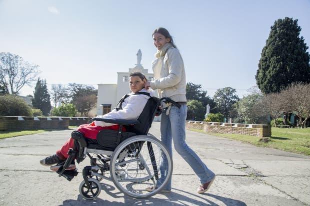 La voluntaria Carolina Casusceli, de 34 años, junto a Paula