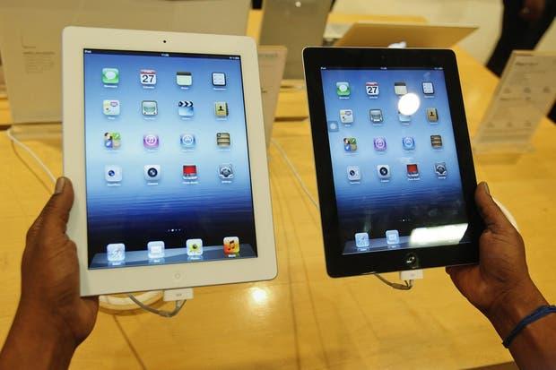 Con un diseño idéntico, la nueva iPad, en su edición en blanco, en comparación con el anterior modelo en negro