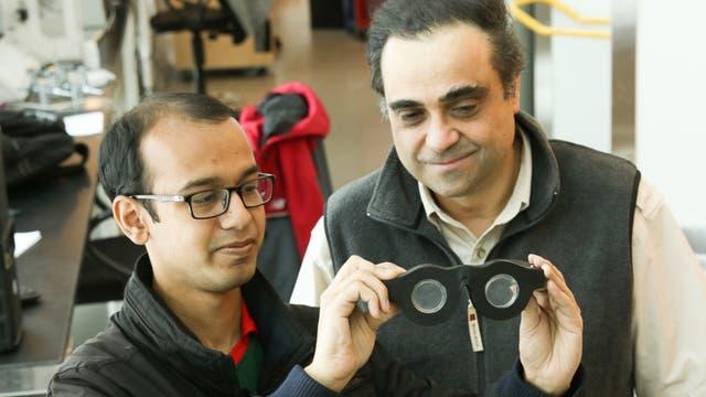 Nazmul Hasan y Carlos Mastrangelo, con un prototipo de sus anteojos