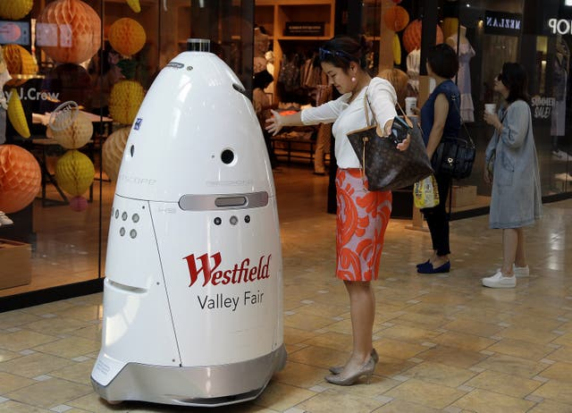 El robot de seguridad K5 recorre el pasillo del shopping Westfield Valley Fair en San José, California