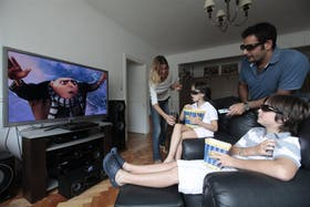 Pablo Pedretti y Natacha Ciappa, con sus hijos Paloma y Lorenzo, hacen planes para su TV 3D