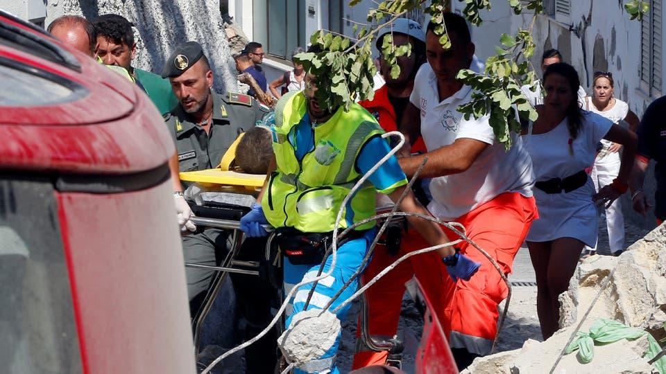 Luego de varias horas de trabajar entre los escombros, bomberos y resctatistas logran salvar a un niño que fue rapidamente trasladado a un hospital. Foto: AP