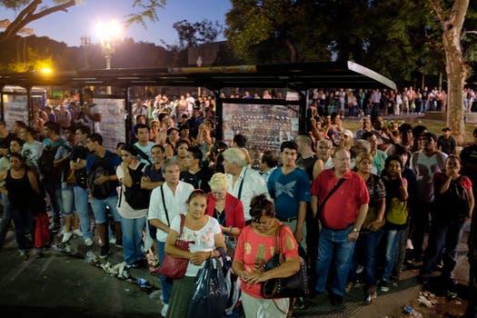 Tras 17 horas de caos, el Sarmiento vuelve a circular entre Once y Moreno, hubo protestas y mucho malestar entre los pasajeros. Foto: LA NACION / Rodrigo Néspolo