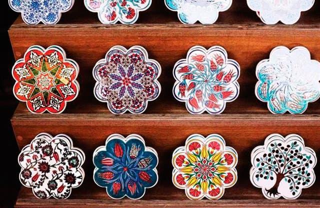 Además del ojo turco de cristal, la cerámica colorida es un gran souvenir