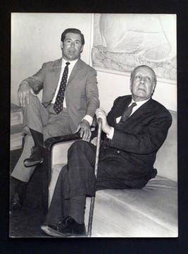 Junto a José Gilardoni, coleccionista de obras de Borges. Foto: Archivo / LA NACION