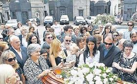 Familiares cercanos y músicos en el cementerio de Chacarita