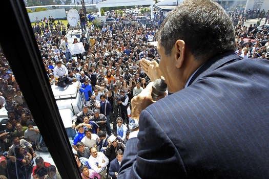 El presidente ecuatoriano, Rafael Correa, habla a los policías en huelga desde el interior de la sede principal de la Policía Nacional, donde entró a negociar una solución a su protesta por los cambios en los beneficios. Foto: Reuters