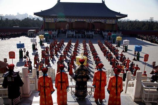 Artistas participan en una recreación de una ceremonia consuetudinaria en donde se reza al emperador para una buena cosecha durante el Año Nuevo Lunar. Foto: AP