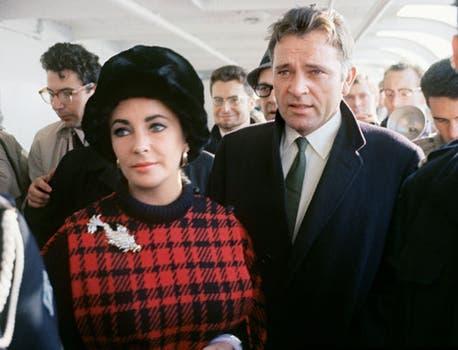 Liz Taylor, en 1969, junto a su entonces marido, el actor Richard Burton, en Paris..