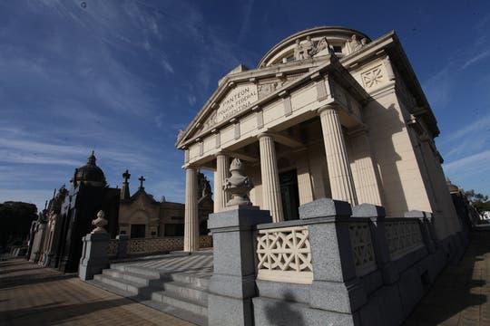 El Panteón de la Policía Federal se destaca del resto de las bóvedas. Foto: lanacion.com / Guadalupe Aizaga