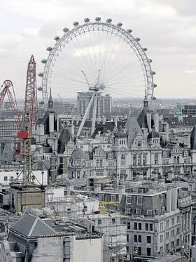 La Rueda del Milenio en Londres, vista desde la columna de Nelson, el monumento de Trafalgar Square