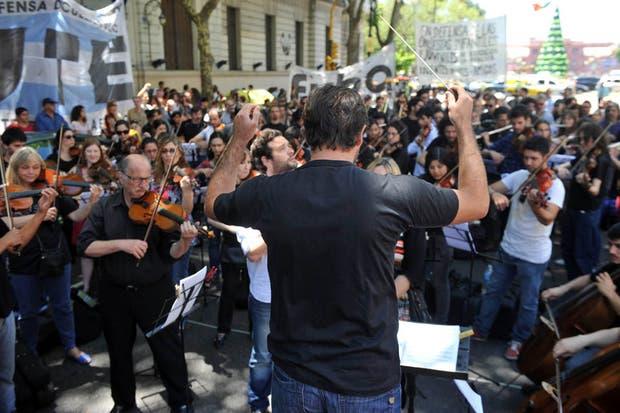 Músicos de las orquestas juveniles tocaron en la avenida de Mayo