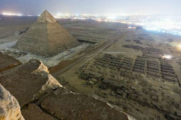 Foto noctura de la pirámide de Kefrén tomada desde la mayor Keops, en Egipto