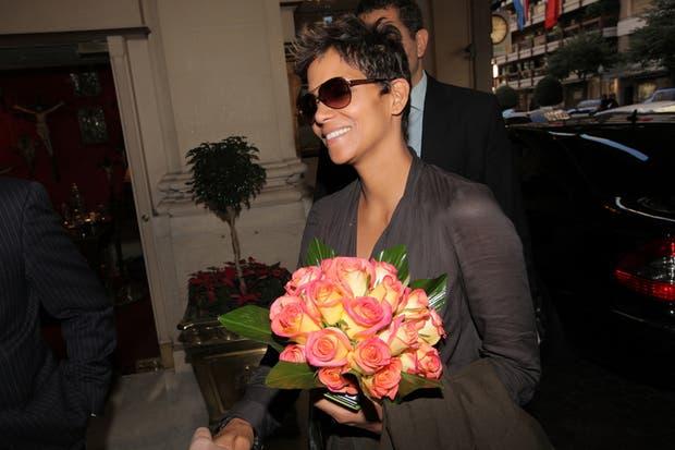 Muy sonriente, así se la pudo ver a Halle, a su llegada al hotel Alvear