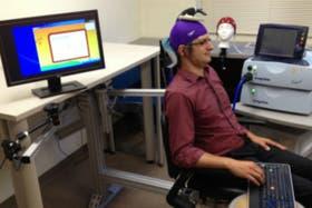 El profesor Andrea Stocco movió un dedo en el teclado por orden de otro cerebro