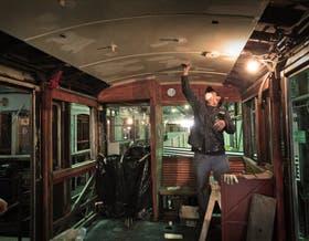 Restauradores y orfebres trabajan para que los viejos coches recuperen su centenario esplendor