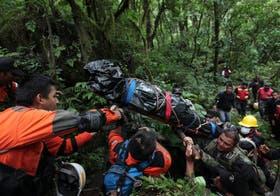 Los rescatistas demoraron dos horas en subir el cuerpo del médico a la base de operaciones