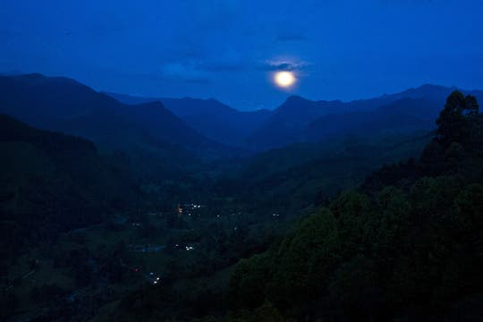 En Colombia la luna iluminó los valles en el departamento de Salento. Foto: AFP