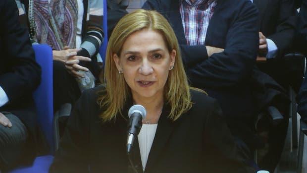 Cristina, la hermana del rey de España, declaró en el banquillo de los acusados en vivo por TV