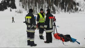 Un equipo de bomberos rescatistas se aprontan a realizar una nueva búsqueda de cuerpos en Monte Nevoso