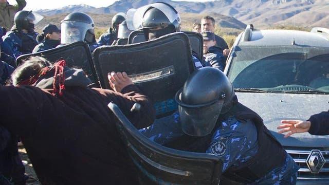 La gendarmería liberó las vías de La Trochita pero sin desalojar a comunidad mapuche en conflicto con Benetton