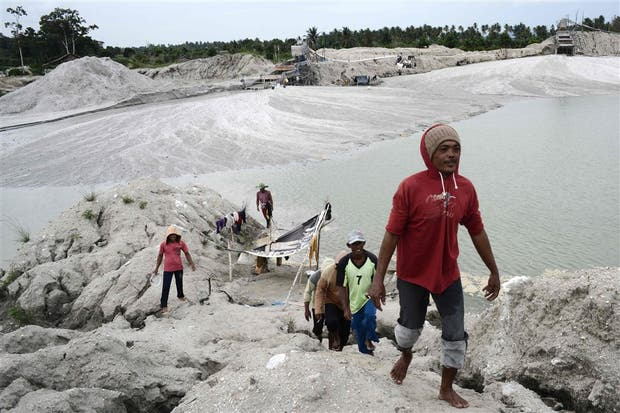 La minas ilegales también encierran peligros para los buscadores de estaño