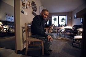 John Holloway tiene 59 años y vive con sida desde hace más de dos décadas